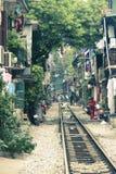 De spoorweg van Hanoi ` s tussen huizen Royalty-vrije Stock Afbeelding