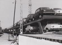 De Spoorweg van HONGARIJE CIRCA 1970-80 - Zà  HONY - Russische Auto's - spoorvracht stock fotografie