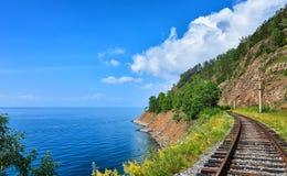 De spoorweg van perceel circum-Baikal dichtbij steile bank van Meer Baikal stock fotografie