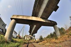 De spoorweg van Skytrain bovenop een treinspoorweg Stock Afbeelding
