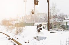De spoorweg van de winter Het verkeerslicht van de spoorweg royalty-vrije stock afbeeldingen