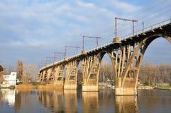De spoorwegbrug door de rivier Stock Foto's