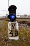 De spoorwegseinpaal toont blauw signaal Stock Afbeeldingen