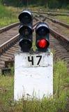 De spoorwegseinpaal toont rood Stock Afbeeldingen