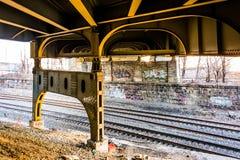 De spoorwegsporen onder Howard Street Bridge in Baltimore, brengen in de war Royalty-vrije Stock Foto
