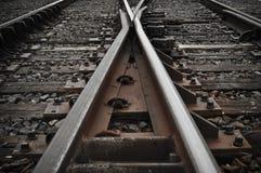 De Sporen die van de spoorweg in Verschillende Richtingen gaan Stock Afbeeldingen