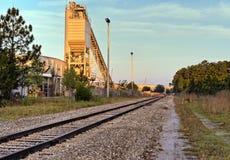 De sporen en de transportband van de trein Stock Afbeeldingen