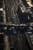 De sporen en de weg van de trein. Stock Foto