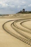 De sporen van de auto in het zand royalty-vrije stock afbeelding