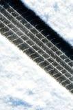 De sporen van de band in de sneeuw Royalty-vrije Stock Foto