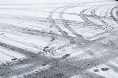De sporen van de band in de sneeuw Stock Foto's