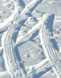 De sporen van de band in de sneeuw Stock Foto