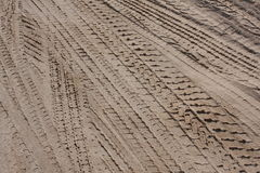 De sporen van de band in het zand Stock Afbeelding