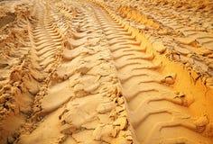 De sporen van de band op het zand Stock Fotografie