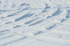 De sporen van de Curvyauto op de sneeuwachtergrond Royalty-vrije Stock Foto's