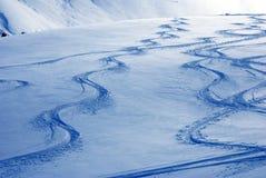 De sporen van de skiër op sneeuwduinen Stock Afbeeldingen