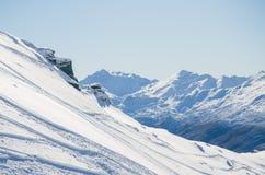 De sporen van de ski in de Bergen Stock Foto