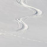 De sporen van de ski in de poedersneeuw Royalty-vrije Stock Foto's
