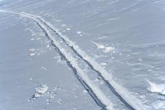 De sporen van de ski in de sneeuw Royalty-vrije Stock Afbeelding