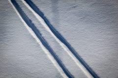 De sporen van de ski in de sneeuw Royalty-vrije Stock Afbeeldingen