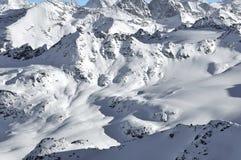 De sporen van de ski in de wildernis Stock Foto