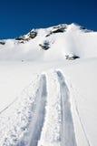 De sporen van de ski op een berg Stock Foto's