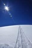 De sporen van de sneeuwscooter in de sneeuw Stock Fotografie