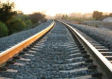De sporen van de spoorweg bij schemer Stock Fotografie
