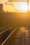De Sporen van de spoorweg bij Zonsondergang Stock Fotografie