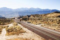 De sporen van de spoorweg een trein in de Amerikaanse woestijn Royalty-vrije Stock Foto