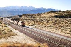 De sporen van de spoorweg een trein in de Amerikaanse woestijn Stock Foto