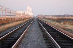 De sporen van de spoorweg en korrellift stock afbeelding