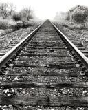 De sporen van de spoorweg en mist. Stock Foto