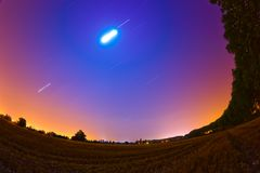 De sporen van de ster en van de maan op nachthemel Stock Foto's