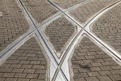 De sporen van de tram of van de tram in oude cobble steenstraat royalty-vrije stock afbeeldingen