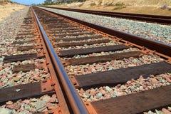 De Sporen van de trein vanuit een laag perspectief Stock Foto's