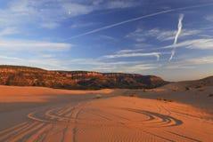 De sporen van het wiel op zandduinen Royalty-vrije Stock Foto's