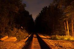 De sporen van de spoorweg bij nacht stock fotografie