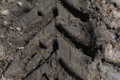 De Sporen van de tractorband in Modder royalty-vrije stock afbeeldingen