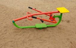 De sport neemt machines voor kinderen in een speelplaats stock foto's