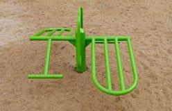 De sport neemt machines voor kinderen in een speelplaats stock afbeelding