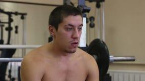 De sport rust gymnastiek Na opleiding van barbeelbank stock footage