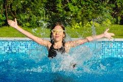 De sport van jonge geitjes, kind in zwembad Stock Foto