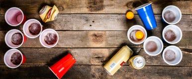 De sport van de universiteitspartij - bier pong lijst het plaatsen stock foto's