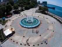 De sportendijk van Vladivostok uit een hoogte wordt genomen die De grote fontein in Vladivostok stock foto's