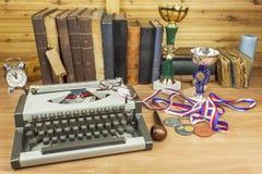 De sportenjournalist schrijft een verhaal van winnaars Het verhaal van sportenoverwinningen royalty-vrije stock afbeelding