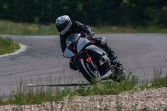 De sportenmotorfiets bij hoge snelheid overwint een scherpe hoek stock afbeeldingen