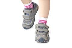 De sportenschoenen van het jonge geitje `s Stock Foto