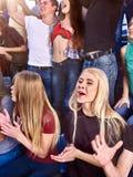 De sportfans slaan zijn handen en het zingen op tribunes stock foto's