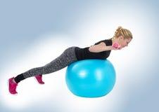 De sportieve gewichten van de meisjesholding het concept van de geschiktheidsgymnastiek Stock Foto